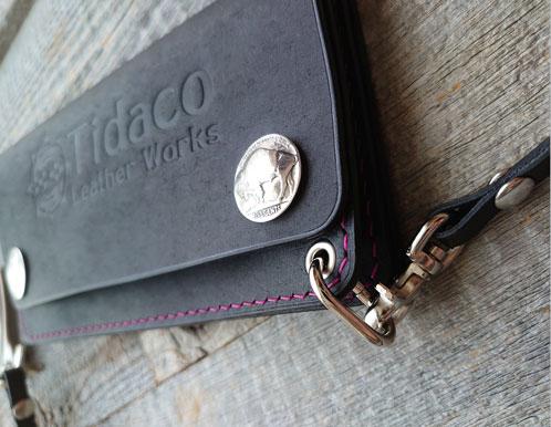 プエブロのネロで作製したトラッカーウォレット。オプションでコインコンチョを付けてあります。