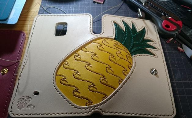 スマホケースにパイナップル柄のインレイの製作途中。