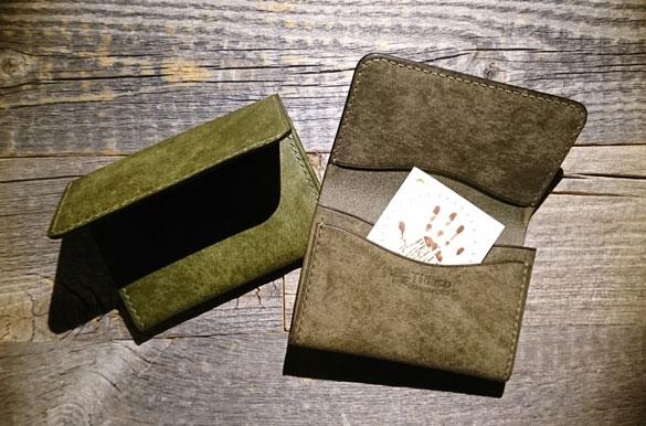 プエブロのオリーバとグリージオで作製した名刺入れ。