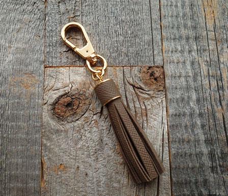 フランスのヴォーエプソンで作製したタッセル。この革はエルメスをはじめ、ハイエンドブランドも使用しています。