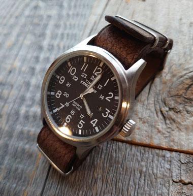 時計のベルトをクードゥーで作製。荒々しい表情で希少な革です。